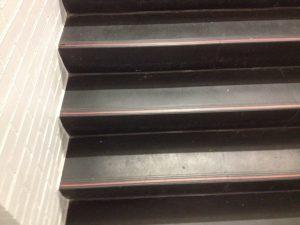 rode-markering-zwarte-traptreden-parkeergarage-kleurenblind
